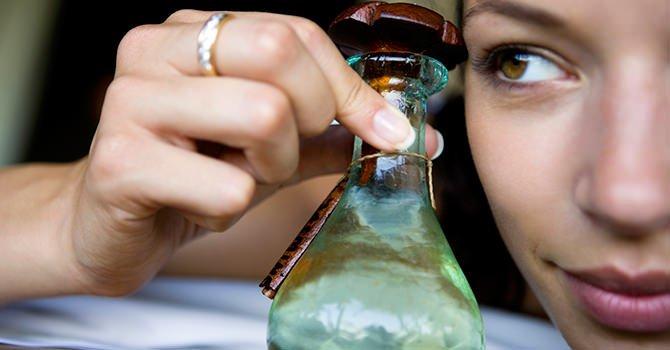Vrouw die fles arganolie vasthoud