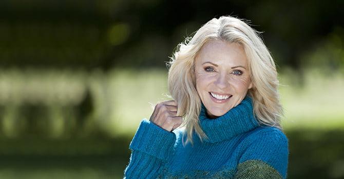 Lachende vrouw in warme trui