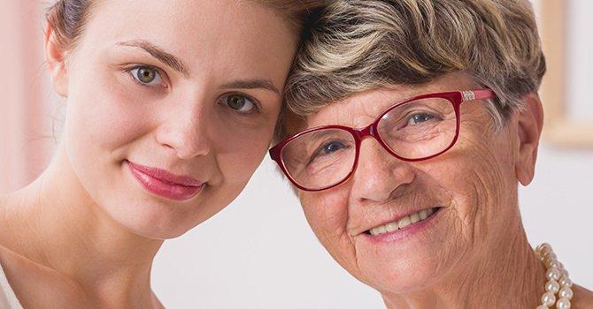 Jonge vrouw en oudere vrouw