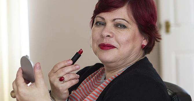 Vrouw Met Rode Lipstick en Spiegeltje