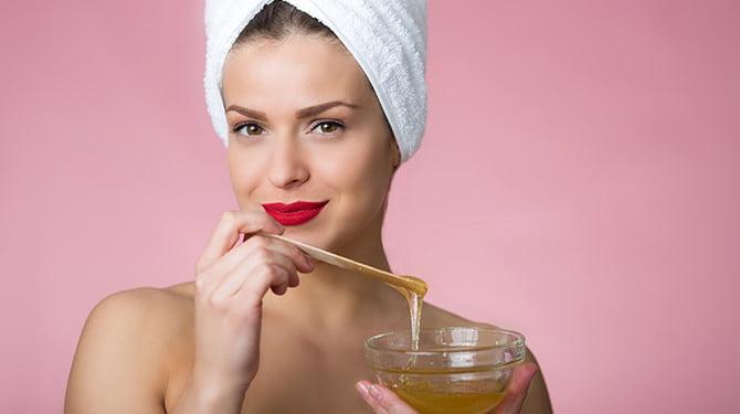 Vrouw Die Natuurlijke Shampoo Maakt