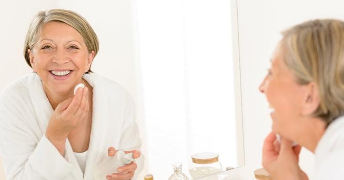 Vrouw verwijdert haar make-up