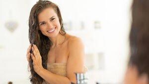 Vrouw Die Iets In Haar Smeert