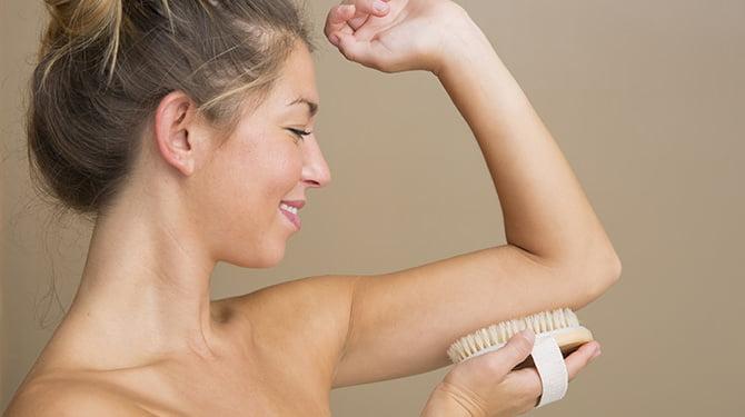 Jonge Vrouw Doet Aan Skin Brushing
