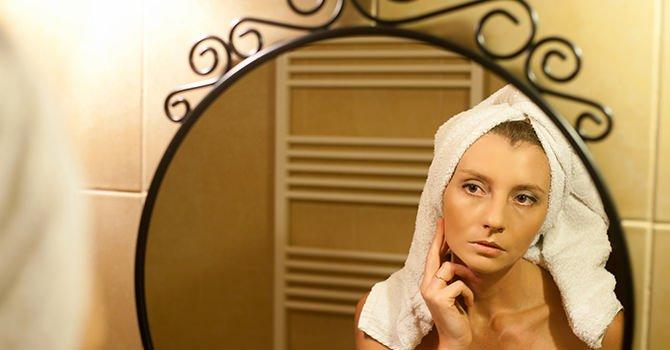Vrouw Na Douchen Achter Spiegel