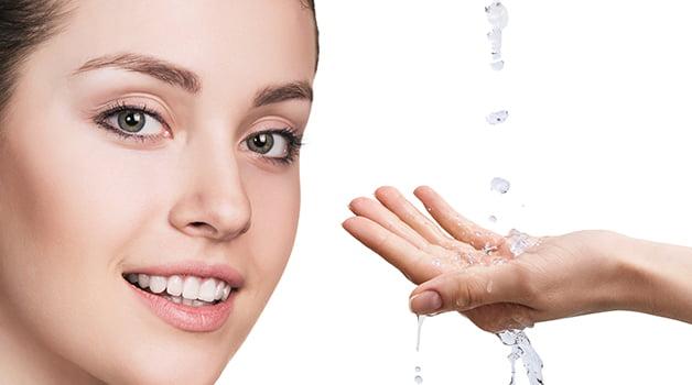 Gezicht En Handen Met Druppelend Water