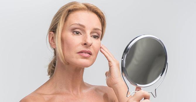 Vrouw Bekijkt Zichzelf in Spiegel