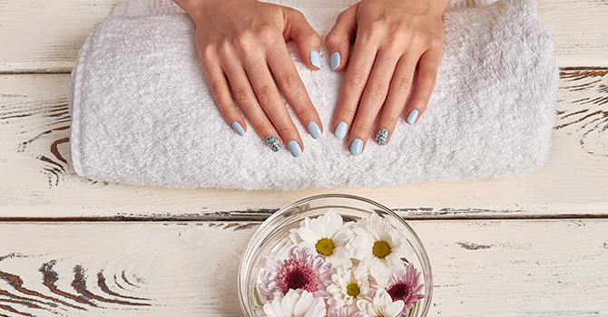 Handen Op Handdoek Schaal Met Bloemen