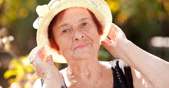Oude Vrouw Met Kort Rood Haar En Hoed