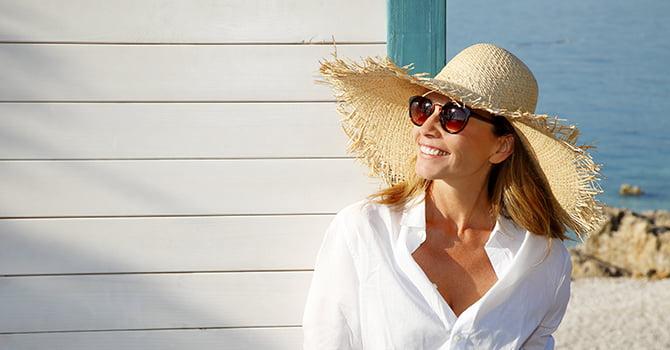 Vrouw Met Hoed En Zonnebril In De Zon