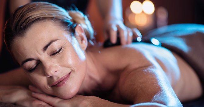 vrouw krijgt massage