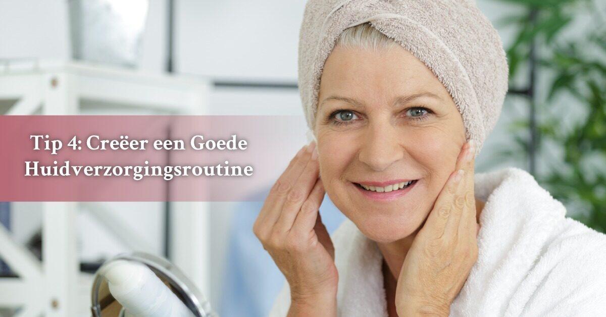 Oudere vrouw reinigen gezicht handdoek