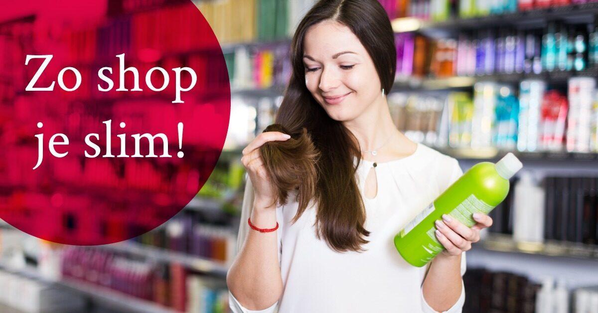 Vrouw haarproduct in hand raakt haar aan