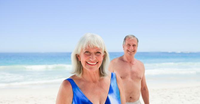 Vrouw En Man Op Het Strand