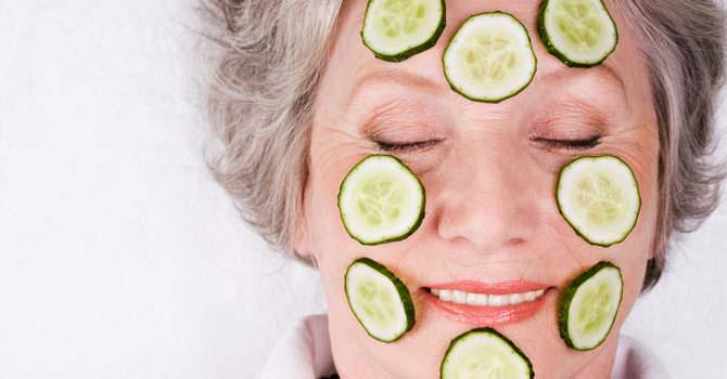 Komkommer op het gezicht