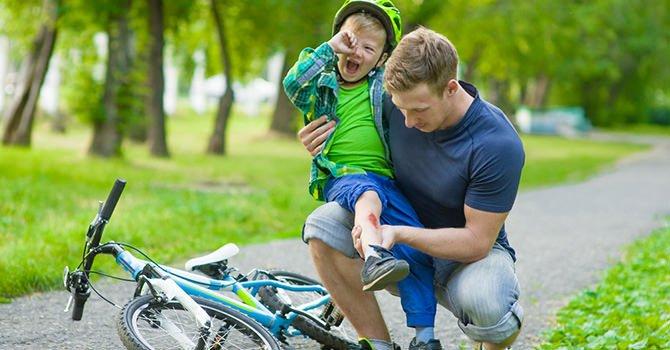 vader verzorg schaafwond zoon