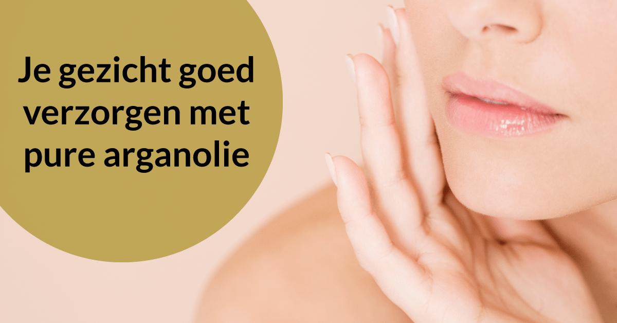 vrouw verzorgt gezicht gezichtsverzorging arganolie