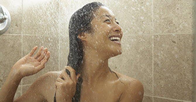 vrouw douchen