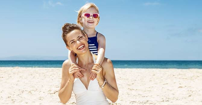 vrouw en kind zonnen