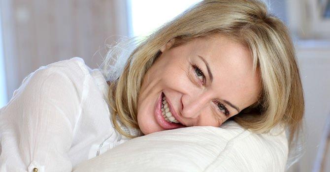 slapende vrouw op een kussen