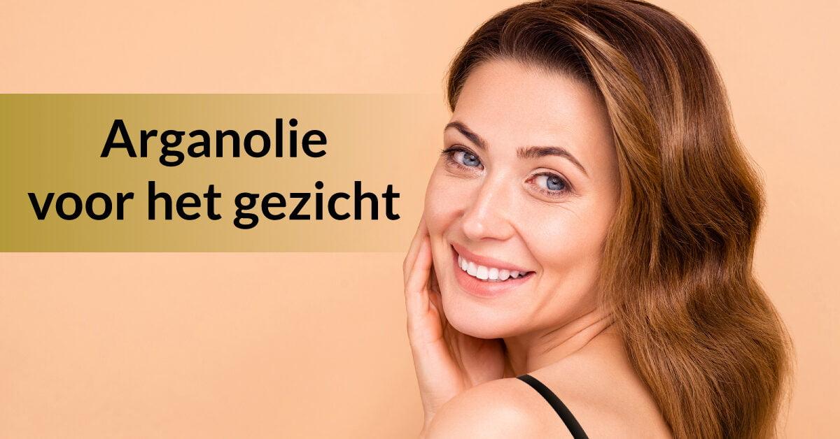 vrouw raakt gezicht aan met hand arganolie gezichtsverzorging huidverzorging