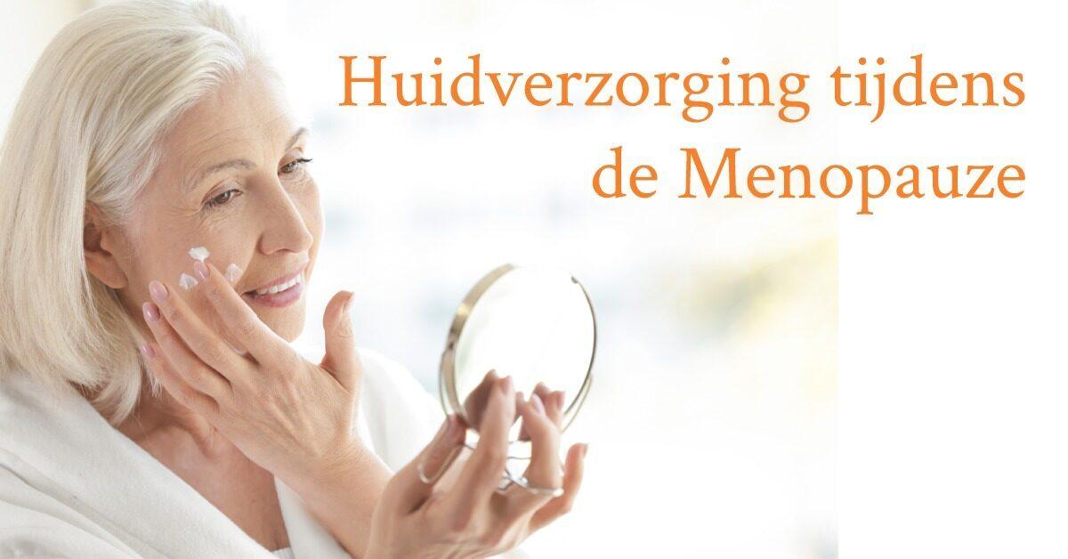 vrouw spiegel brengt creme aan op gezicht